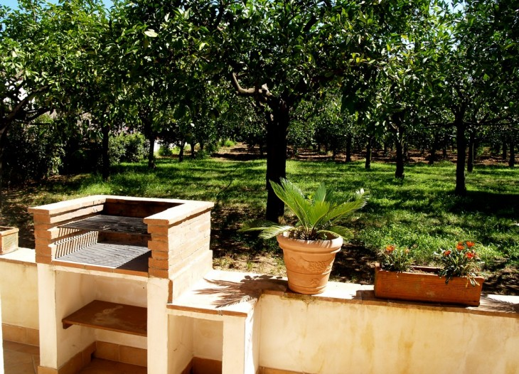 Balcone e giardino dell'appartamento Bouganville